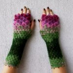 Coloridos guantes con diseño de escamas de dragón