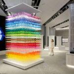 Una cascada de colores formada por 18.000 siluetas de papel