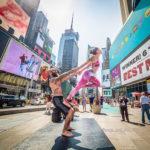 Retratos de personas practicando yoga en las calles de diferentes ciudades del mundo