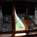 Modernas cortinas blackout transforman la vista de tu ventana en una ciudad de noche