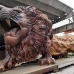 Un león gigante tallado a partir de un solo árbol le llevó a estas 20 personas 3 años en terminarlo