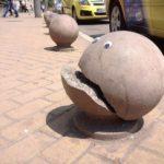 Este artista callejero agrega ojos a objetos rotos de la calle