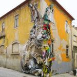 Esculturas divididas combinan basura, madera y plásticos para formar coloridos animales