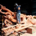 Este artista transforma un árbol caído en un pulpo gigante