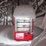 Máquinas expendedoras cubiertas de nieve iluminan la ciudad de Hokkaido