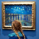 Personas coinciden perfectamente con la obra de arte que están observando