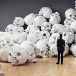 100 cráneos de fibra de vidrio llenan una habitación en la Galería Nacional de Victoria en Melbourne