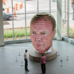 24 bandas horizontales de LED muestran las caras de los visitantes