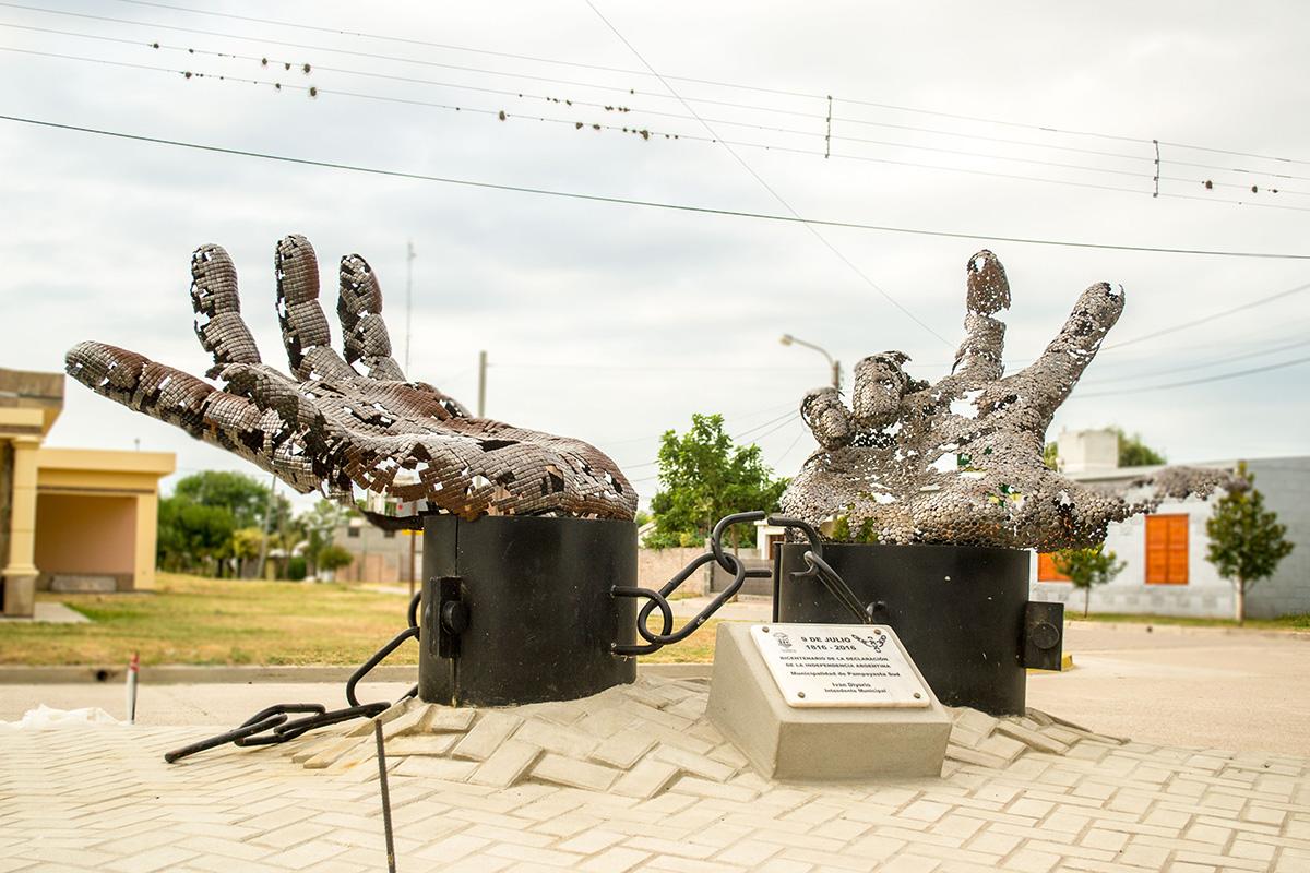 Miles de piezas metálicas combinadas en las esculturas de Pablo ...