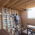 Una casa japonesa diseñada alrededor de una estantería escalable a prueba de terremotos