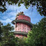 Un templo Budista en Tailandia está cubierto por un dragon gigante