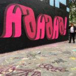 Artista graffitero genera textos 3D que se salen de las paredes