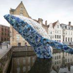 Una ballena construida con 10,000 kilos de desechos plásticos del océano