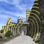 Circulos amarillos crean una fabulosa ilusión óptica en una ciudad amurallada de Francia