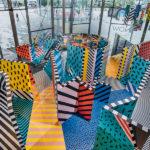 Un colorido laberinto lleno de espejos en el London Design Festival