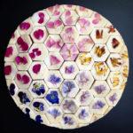Artista pastelera crea coloridos y geométricos diseños de tortas