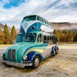 Un autobús mágico de dos pisos con estilo Hippie