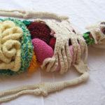 Un esqueleto y órganos humanos de tamaño real hechos de lana