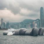 Una escultura inflable de 37 metros en el puerto de Hong Kong