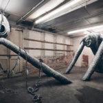 Monstruos monocromáticos toman una antigua fábrica abandonada