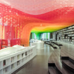 Una librería en China decorada por un espectacular arco iris de metal