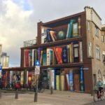 Artista holandes pinta una biblioteca gigante en un edificio de la ciudad de Utrecht