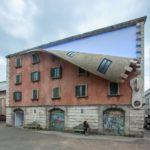 Escultor crea un cierre gigante en un edificio de Milán