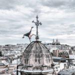 Este acróbata se saca fotos por lo techos de París