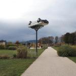 Autos reciclados y convertidos en insólitos objetos de la vida cotidiana