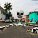 Esqueleto gigante emerge de una calle en México para el Día de Muertos
