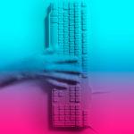 Humanos combinados con maquinas en una colorida serie experimental