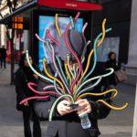 Artista dibuja monstruos saliendo de los teléfonos de la gente