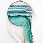 Paisajes naturales creados con mantas y bordados que salen de la pared