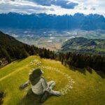 Enormes ilustraciones biodegradables en una montaña de Suiza